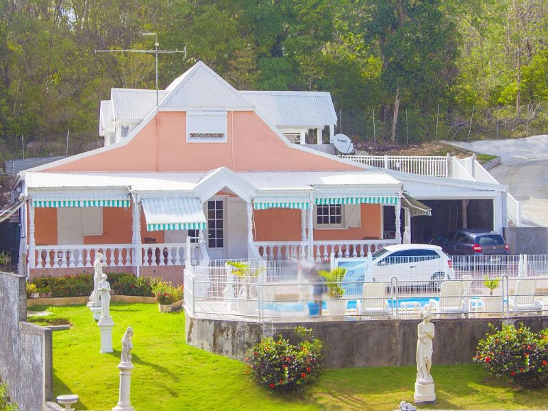 T3 dans résidence privée avec piscine plus prêt de voiture gratuit, aluguéis de temporada em Les Abymes