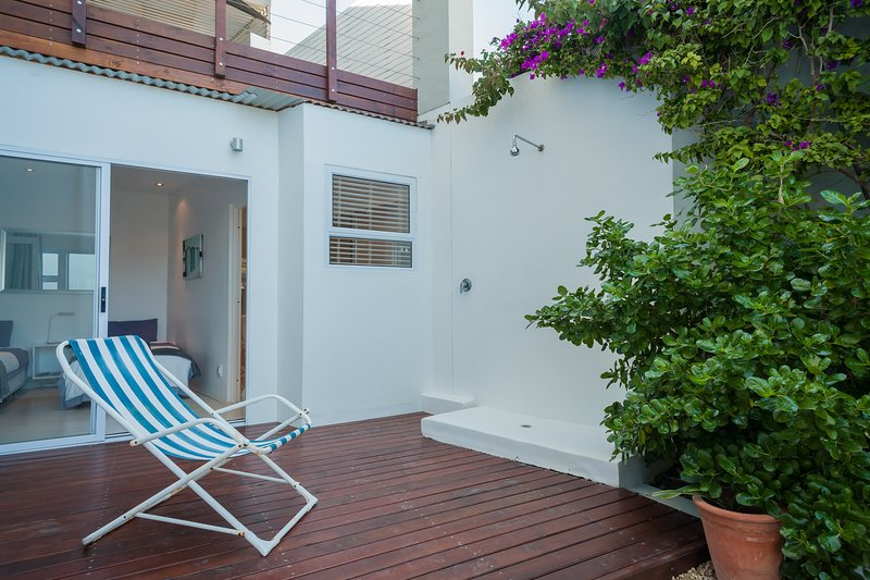 Second bedroom with en-suite bathroom and its own private deck. Hot/cold outdoor shower