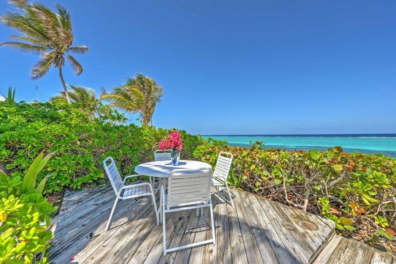 pure tranquillité de la vie de plage vous attend au « Fame Conquise, » une villa de location de vacances en bord de mer dans les îles Caïmans.