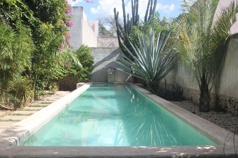 Casa LALA - stunning lap pool, alquiler de vacaciones en Mérida