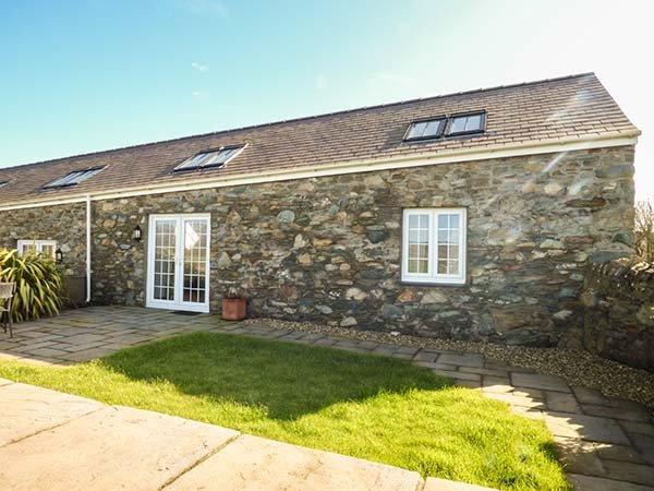 Y WENNOL, stone-built, all ground floor, pet-friendly, WiFi, Holyhead, Ref, vacation rental in Holyhead
