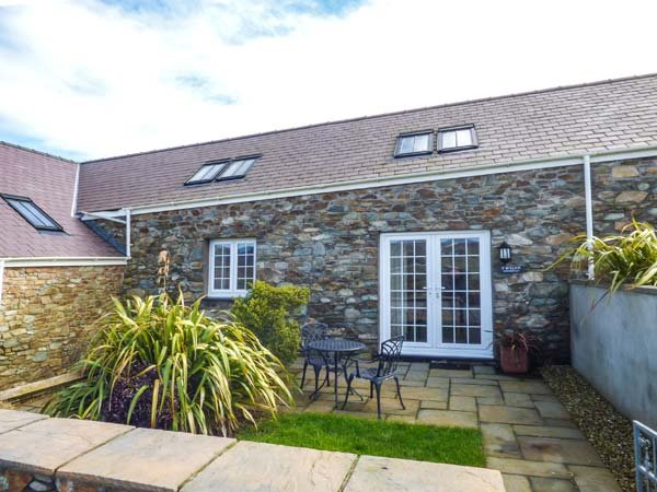 Y WYLAN, stone-built, all ground floor, WiFi, enclosed garden, ideal for a, vacation rental in Holyhead