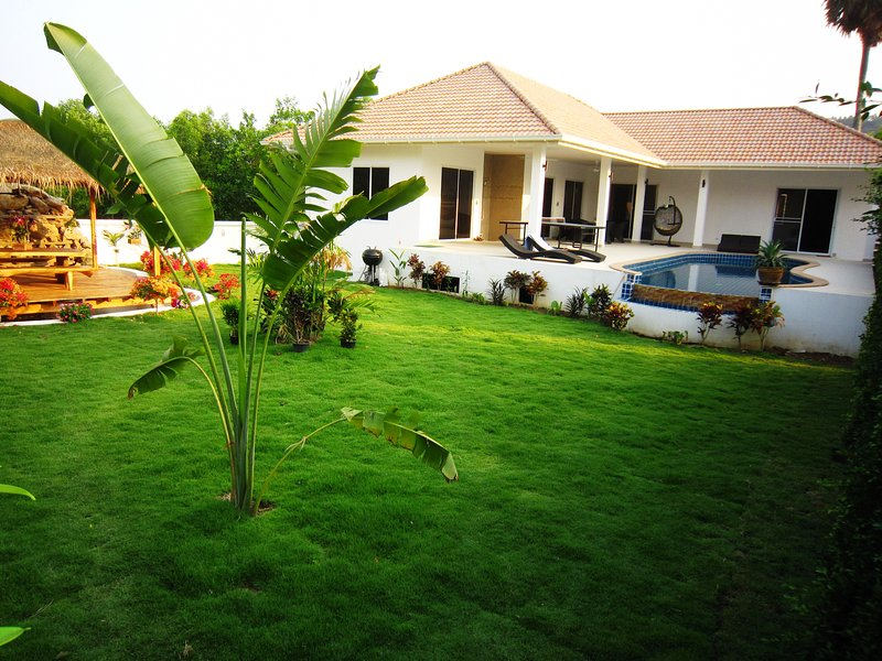 Landscaped garden with a large lawn. Landscaped garden with a wide lawn. (Villa rent per room)