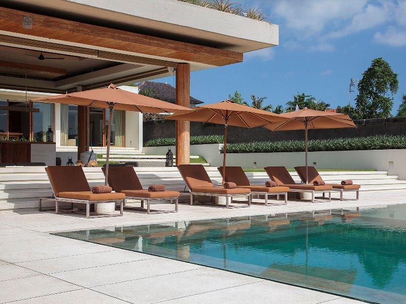 Les Iman Villa - Des chaises longues de la piscine