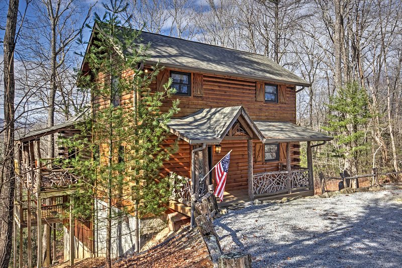 Welcome to this delightful Smoky Mountains cabin!