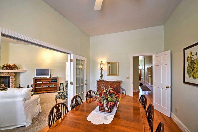 Laissez-vous tenter un repas cuisiné à la maison autour de cette table de salle à manger accueillante.