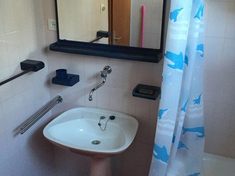 H (3 + 2): baño con inodoro.