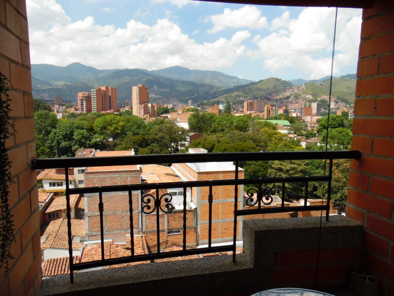 Feel comfy and safe in 'Patrice's Fully Furnished Apartment Medellin', location de vacances à Medellin