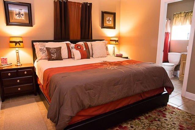 Dormitorio principal con cama King Size, baño completo y walk in closet y TV por cable