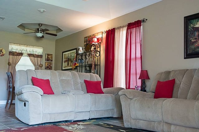 Great Livingroom with 4 Recliners Cable TV