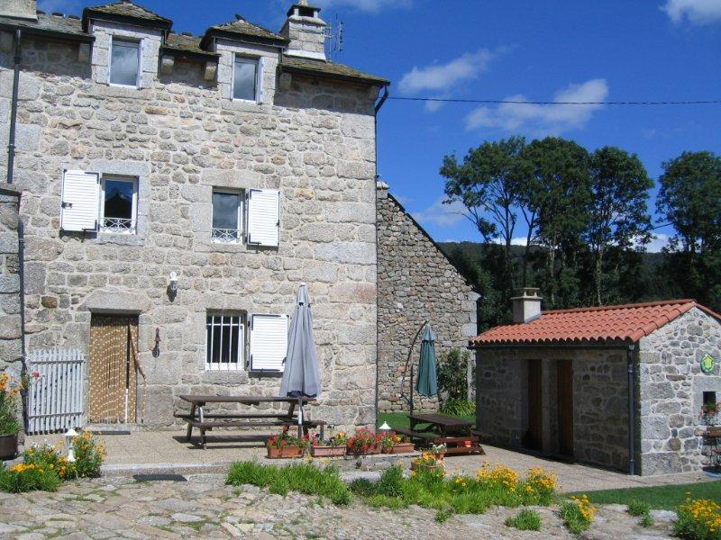 Gîte confort et charme 'LES DUCS' Lozère, holiday rental in Aumont Aubrac