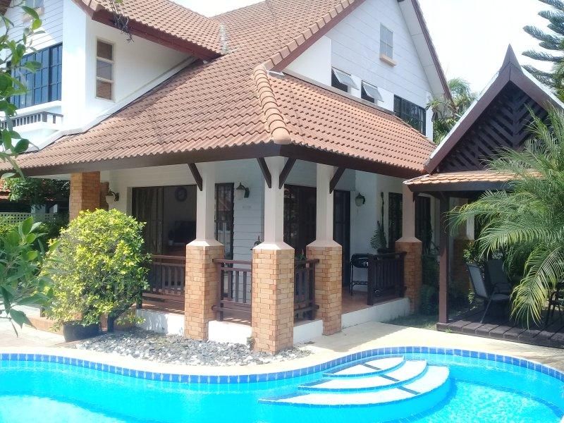 * 4 Bedroom House * Private Pool * Newly Refurbished * FREE WI-FI * Sleeps 10 *, aluguéis de temporada em Nong Prue
