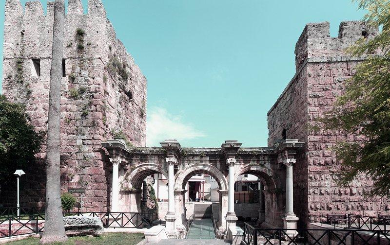 Puerta de Adriano en Antalya parte de muchas ruinas históricas de la época romana