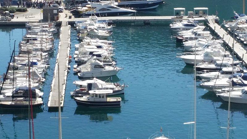 Vista calma do porto a partir do balcão do apartamento