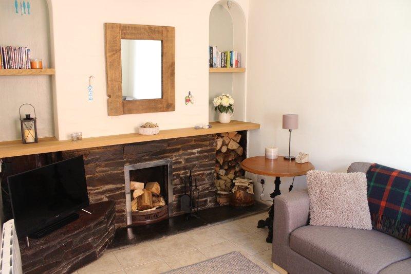 acogedor salón con fuego real, TV y DVD