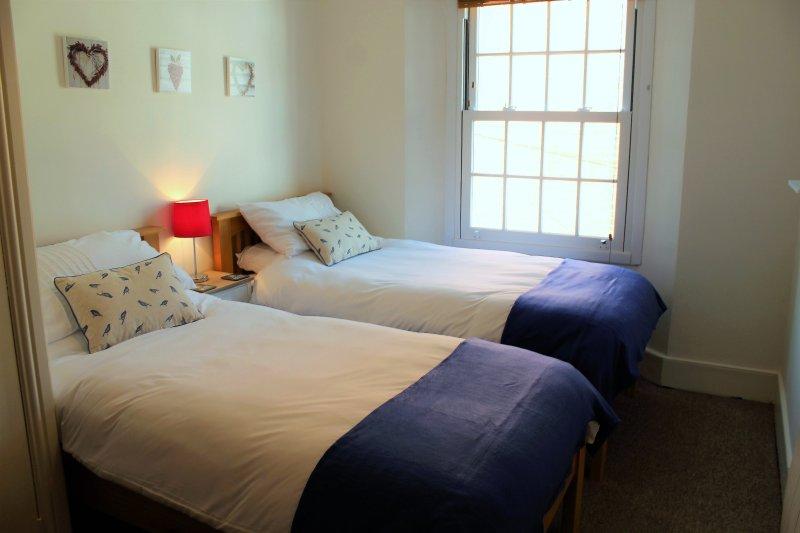 La habitación doble acogedor con gran armario
