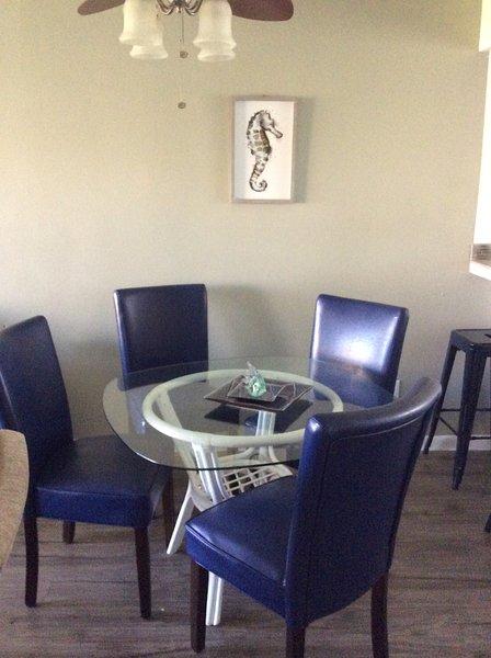 área de comedor con capacidad para 4 más 4 taburetes