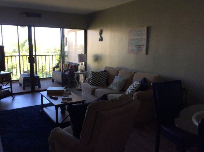 sala de estar con una vista del agua