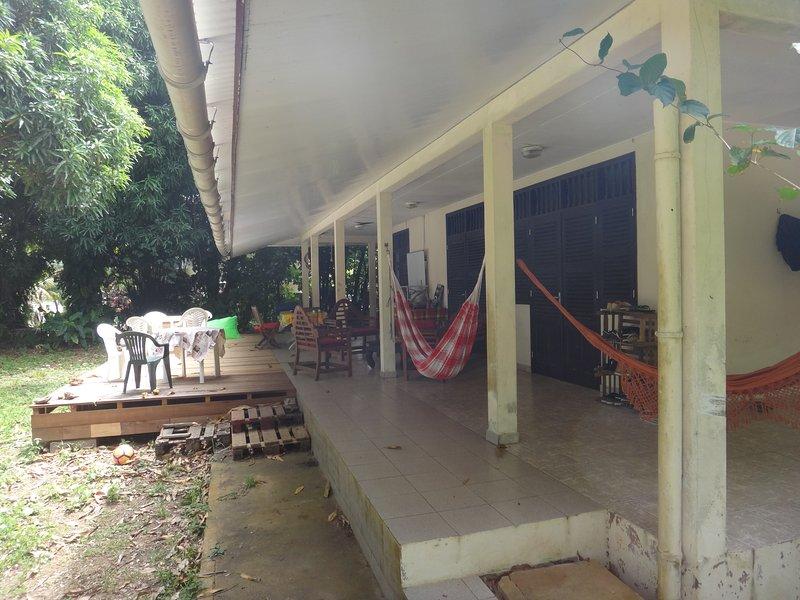 Chambre dans grande maison. Grande terrasse. Directement sur la plage., location de vacances à Matoury