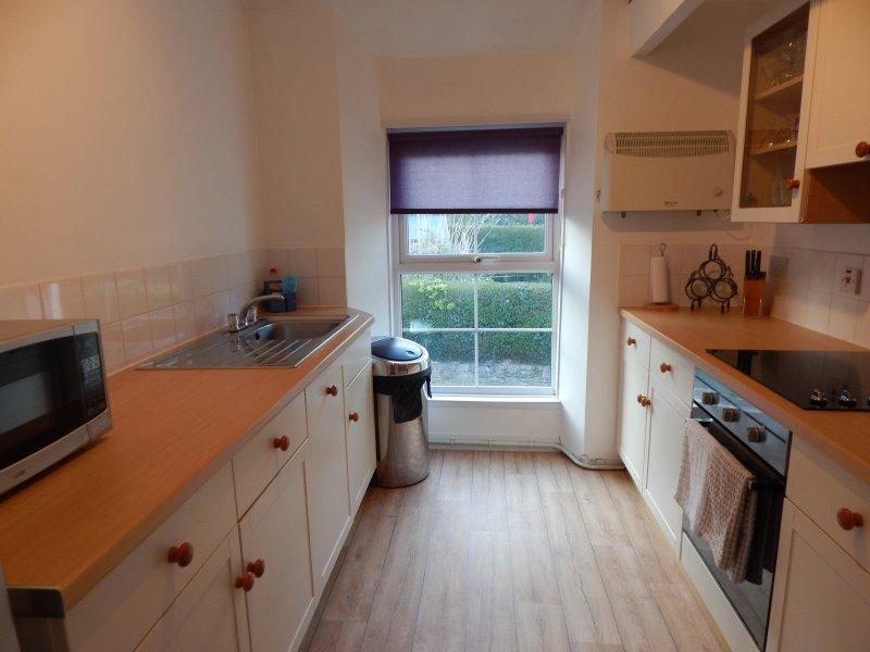 Modern ingerichte keuken met vaatwasser, koelkast / vriezer en nieuwe roestvrij stalen apparaten