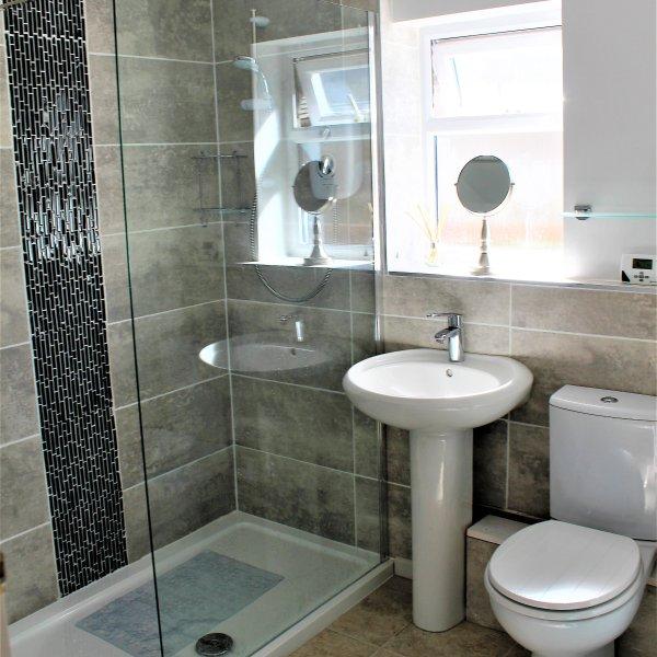cuarto de baño con ducha grande