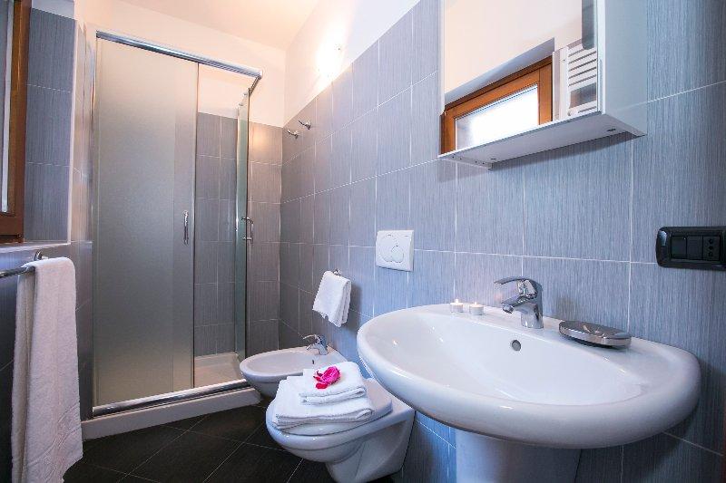 Badezimmer 2 mit einer Duschkabine
