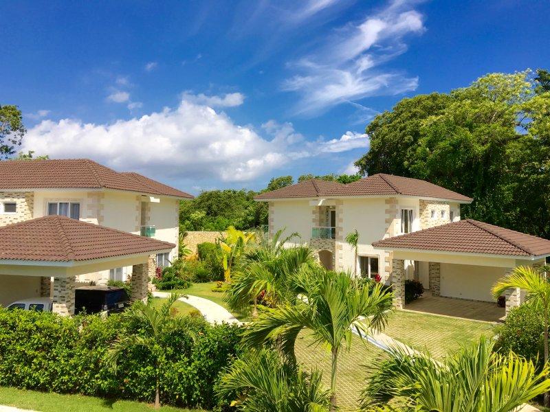 New 3 BD modern villa near the beach, holiday rental in Perla Marina