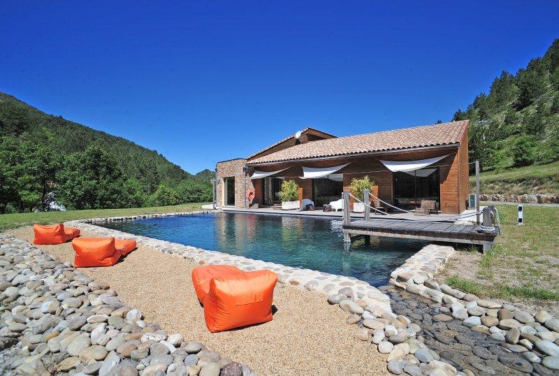 Espaces à vivre avec accès direct sur la piscine naturelle (14X7m)