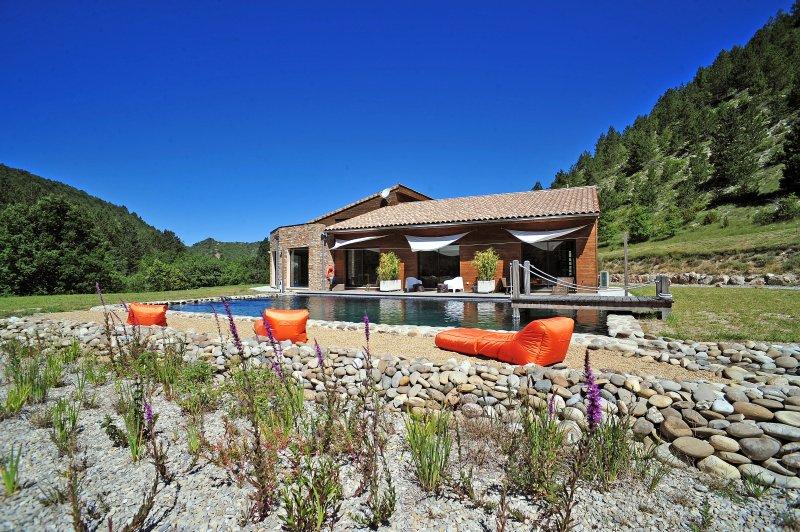 Espaces à vivre avec accès direct sur la piscine naturelle