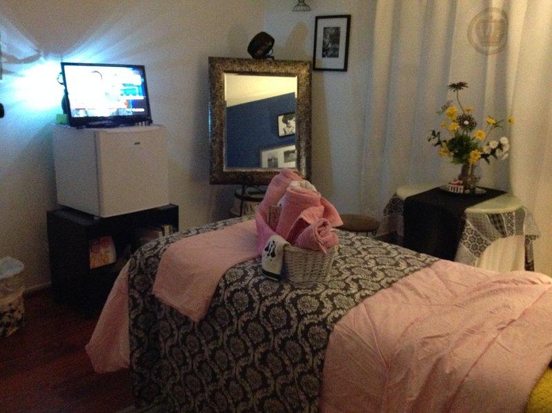 cama doble, nevera personal y TV con wifi / Roku