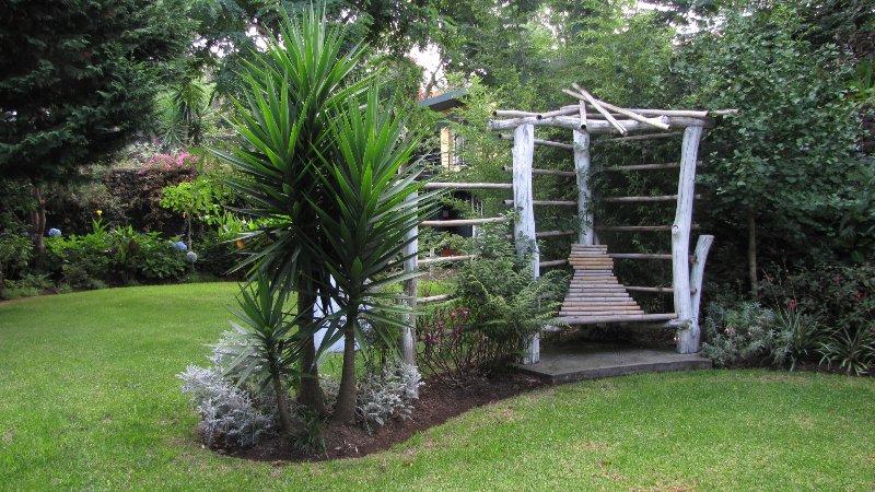 Tuin met bamboe stoel om te lezen op de lagere niveaus in de buurt van cottage # 1
