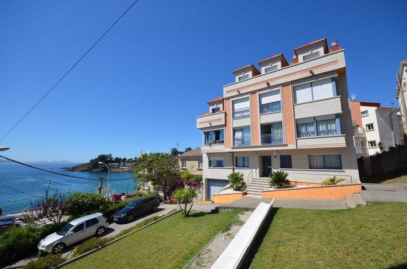 Apartamentos para vacaciones con vistas al mar a 100 m. de la playa de Caneliñas, holiday rental in Adina