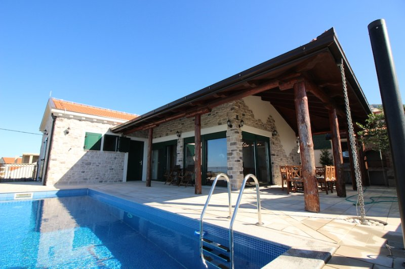 VILLA SELLISTA, SPECTACULAR SEA VIEW, PRIVATE POOL, location de vacances à Ivanica