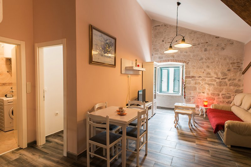 PUL 1...lux and quiet.(1BDRM). Old Town North Gate, holiday rental in Kotor
