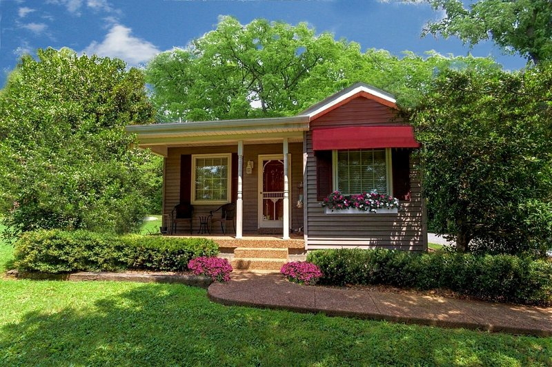 Magnolia Cabin -1 Bed Adult Rental ~ Kitchen, Jacuzzi, WiFi & Much More!, location de vacances à Nashville