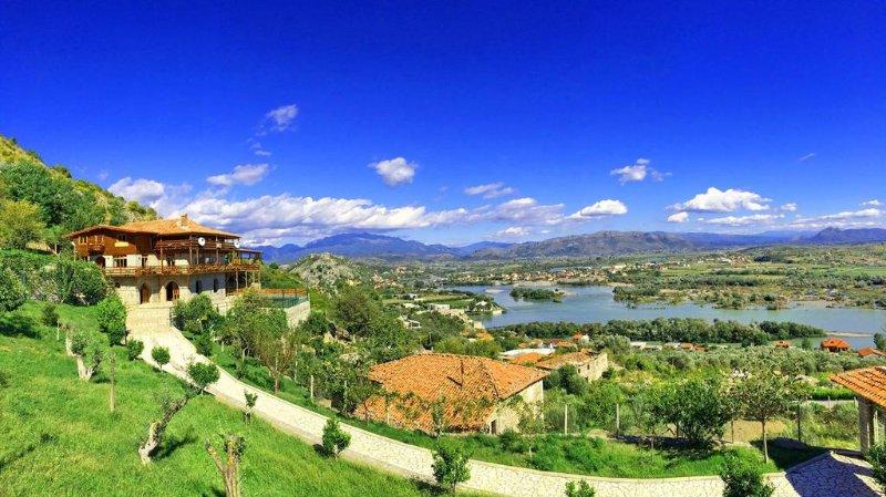 Panoramautsikt. Utsikt över floden, Stadsutsikt, utsikt över slottet, bergen, trädgården