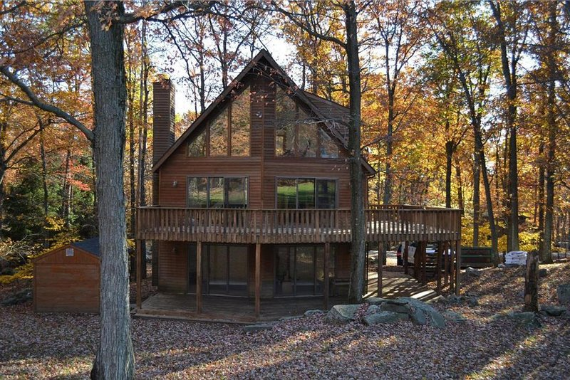 Poconos Chalet home at Lake Wallenpaupack-Pool Table-Fire Pit- Incredible Views, alquiler vacacional en Newfoundland