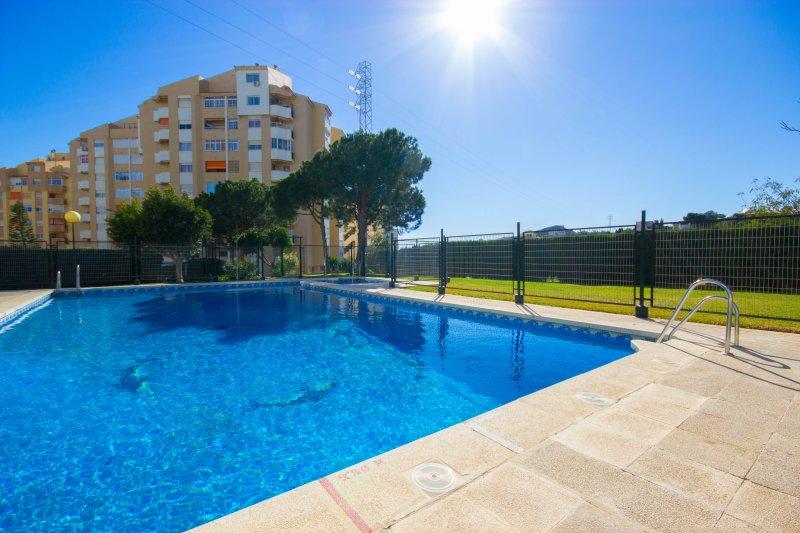 Apartamento con piscina (abierta desde el 1 julio al 31 agosto)cerca de la playa, vakantiewoning in Rincon de la Victoria