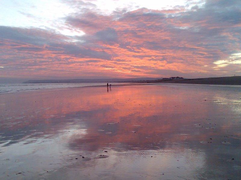 A medida que el sol se pone en normandos Bay