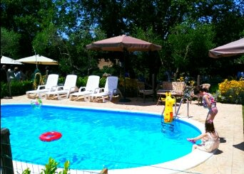Big chalet with swimming-pool, location de vacances à Canale Monterano
