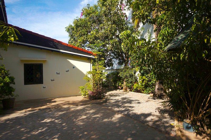 Grand studio 43m2, A/C,cuisine entièrement équipée, espace salon,chambre., vacation rental in Siem Reap