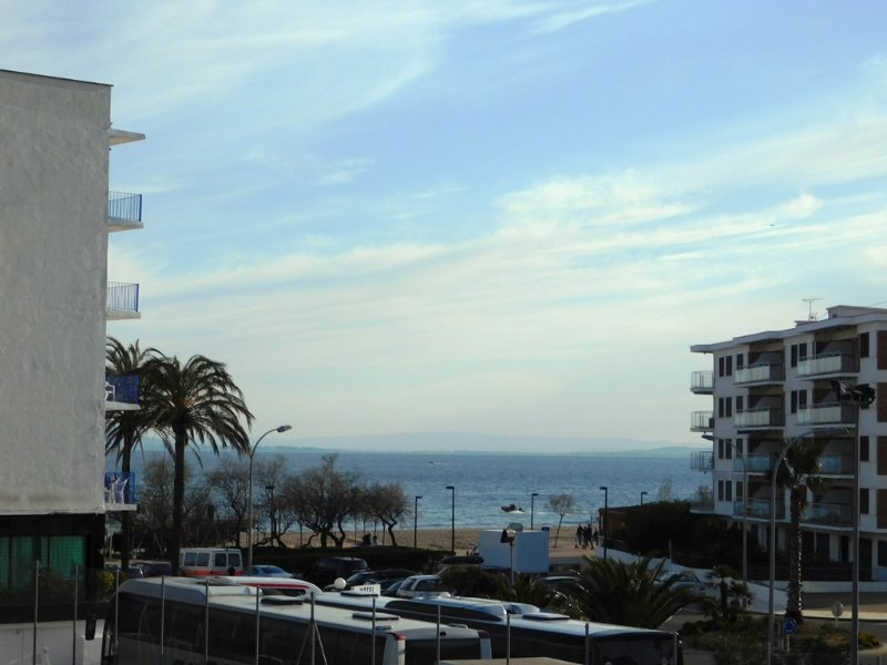 Apartamento con parking privado, vistas al mar a 50 m. de la playa, Roses, holiday rental in Roses