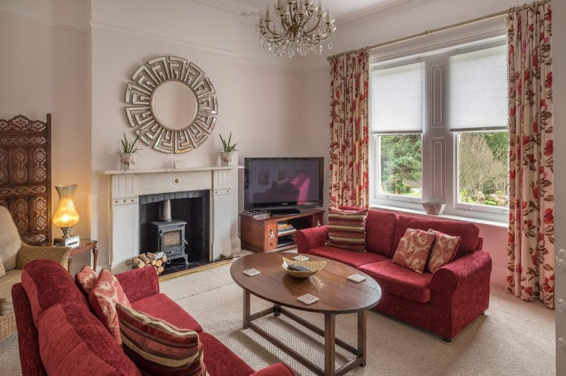 The Carisbrooke - Luxurious 2 bed apartment near parks and coast, holiday rental in Ventnor