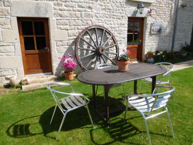 Bed & breakfast with en-suite rooms, large swimming pool, Near Ruffec, location de vacances à Chaunay