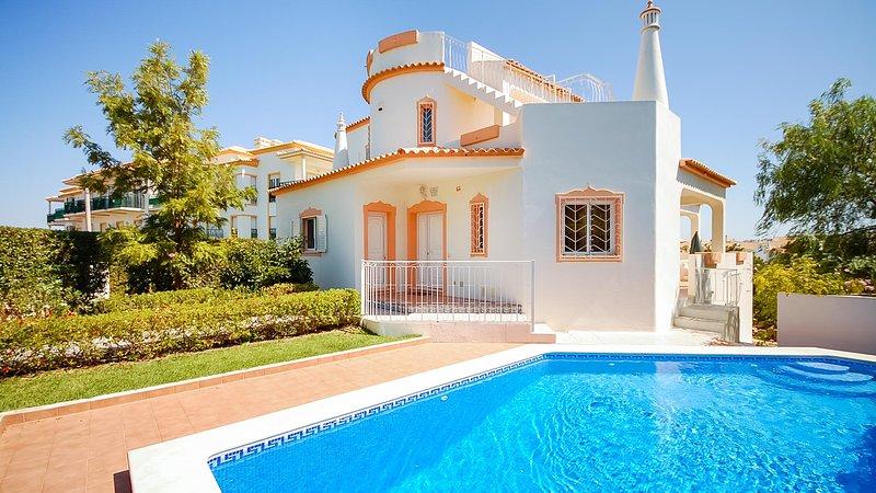 LIS Villa w/ pool, games room, AC, Wi-Fi, 300m to Gale beach, casa vacanza a Gale