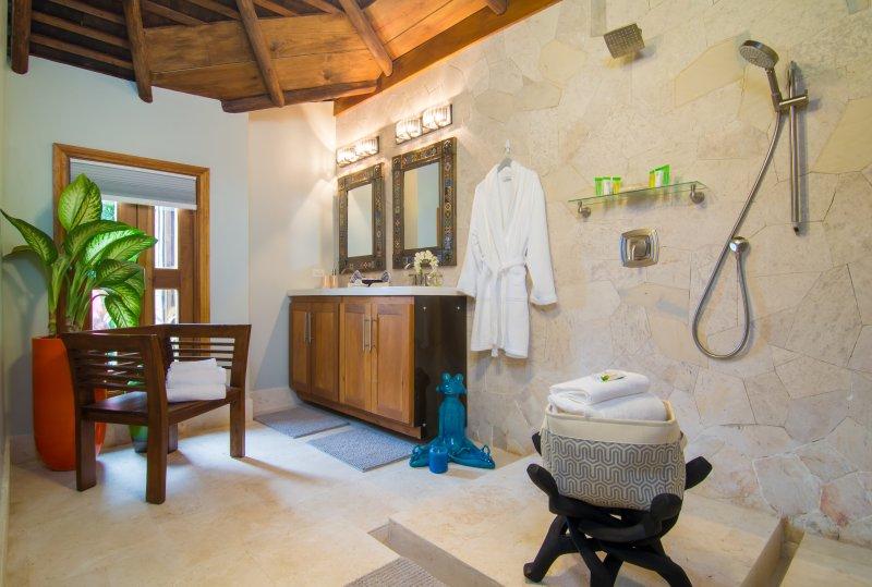 La grande salle de bains décloisonnée dans la Dog House Cottage est tout simplement incroyable!