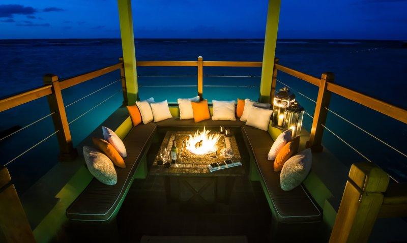Profitez d'une nuit fraîche, calme dans l'océan pavillon avant ... se sent un peu froid? Illuminez la cheminée