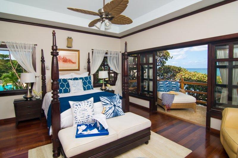 chambre à l'étage avec vue sur l'océan plein.