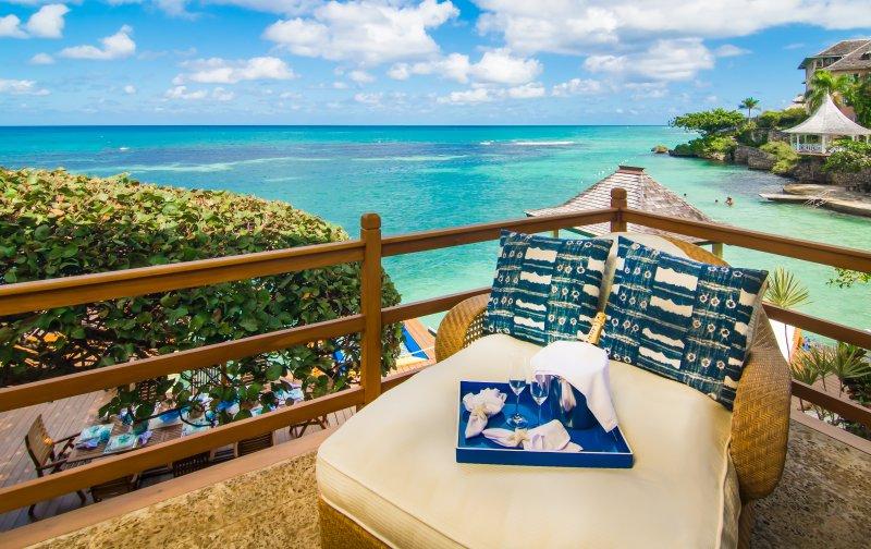 Détendez-vous sur la terrasse de la piscine. Baignez au soleil et profiter de la vue.