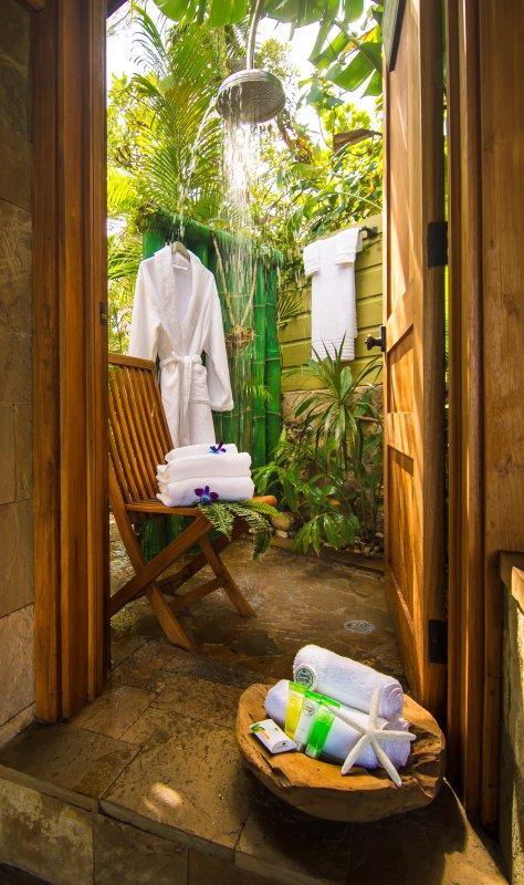 Une salle de bain en plein air rustique du Cottage Puss